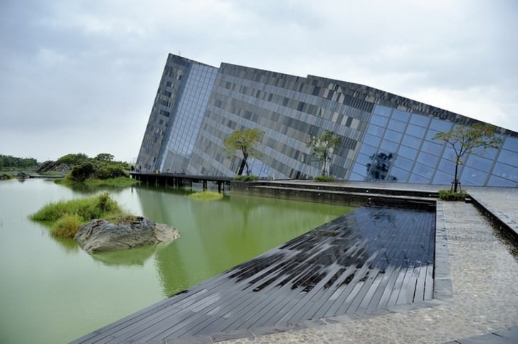 The building consists of interlacing solid and glass volumes Lanyang Museum Photography Jeffrey Cheng